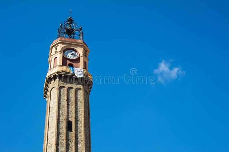 Håll ögonen på tornet i Vila de Gracia Square i Barcelona, Catalonia, Sp royaltyfria foton