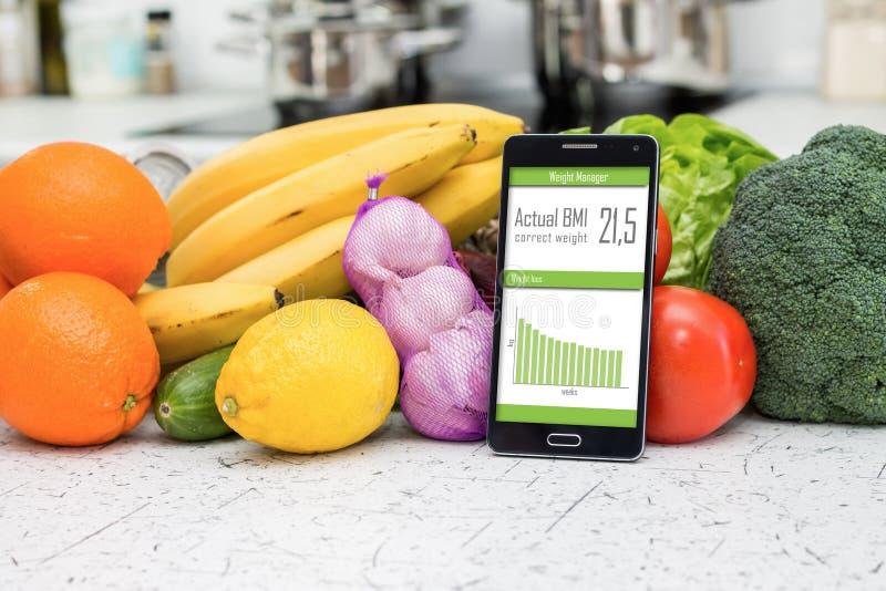 Håll din form med smartphonen royaltyfri bild