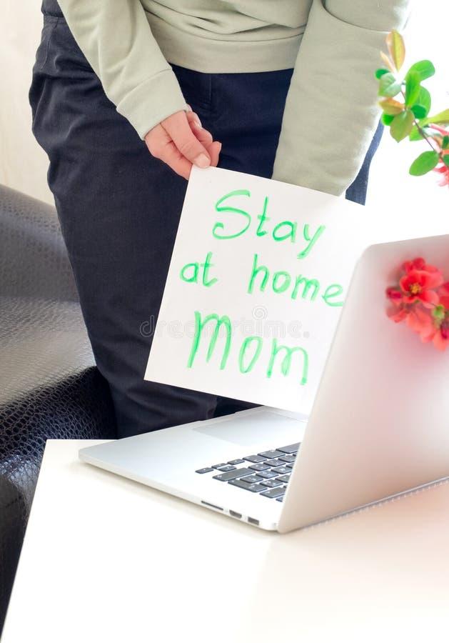 Håll kvar den bärbara datorn från mamma och mamma, vårblommor, rosa hand-sida blankt koronavirus-skärm 19 arkivbild