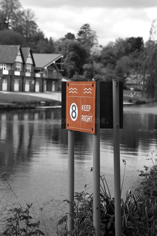 Håll varningstecknet för höger och maximal hastighet på floden Severn i Shrewsbury royaltyfria bilder