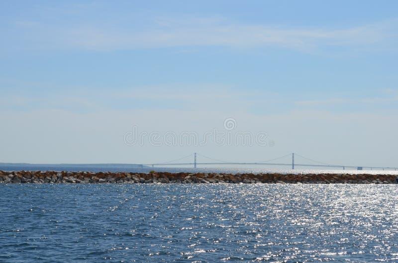 Hålla ögonen på bron royaltyfri bild