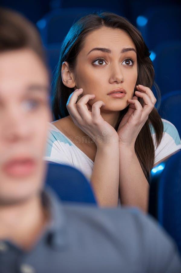 Hålla ögonen på en spännande film. royaltyfri foto