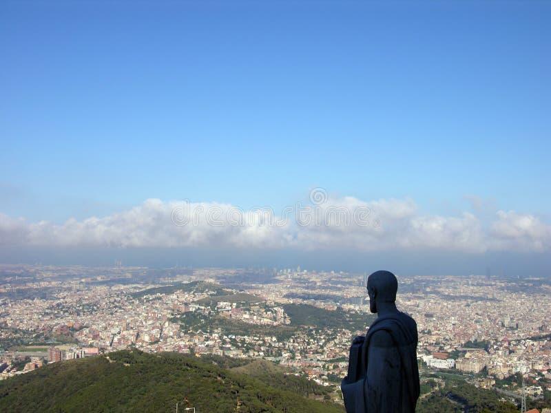 hålla ögonen på för barcelona staty arkivbild
