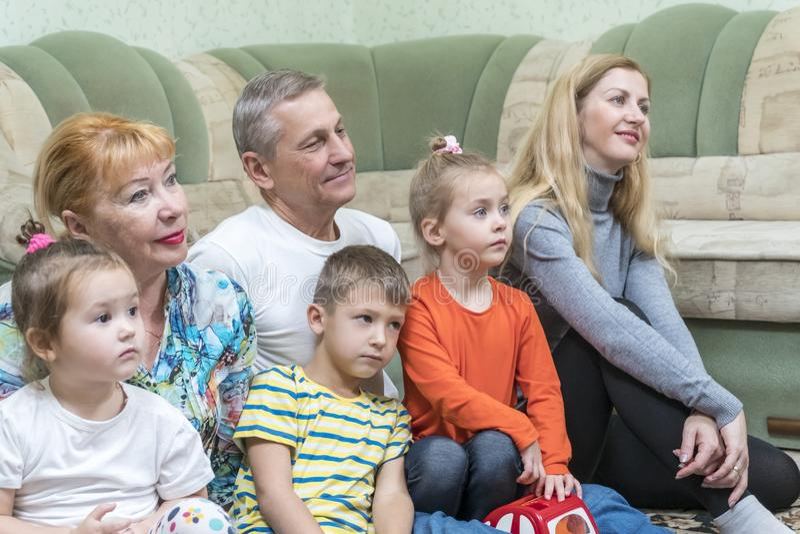hålla ögonen på för familjtelevision royaltyfri bild