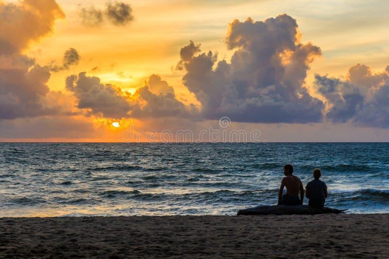 hålla ögonen på för solnedgång arkivbild