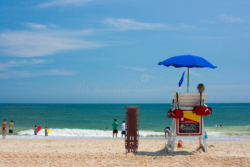 hålla ögonen på för strandlivräddarear royaltyfri bild