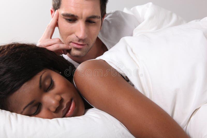 Hålla ögonen på hans flickvän att sova arkivbilder