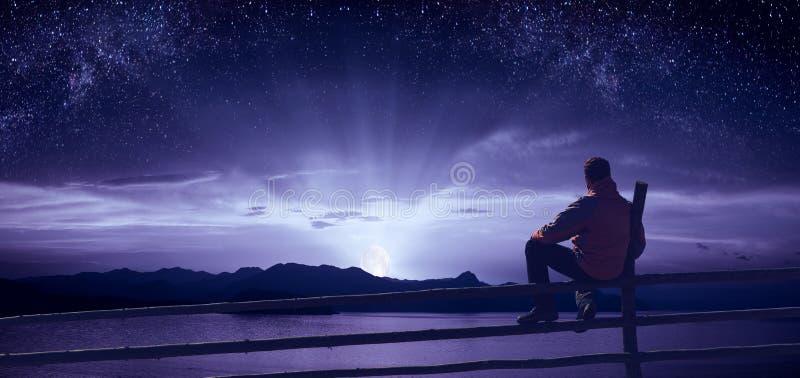 Hålla ögonen på moonrisen över havet royaltyfria bilder