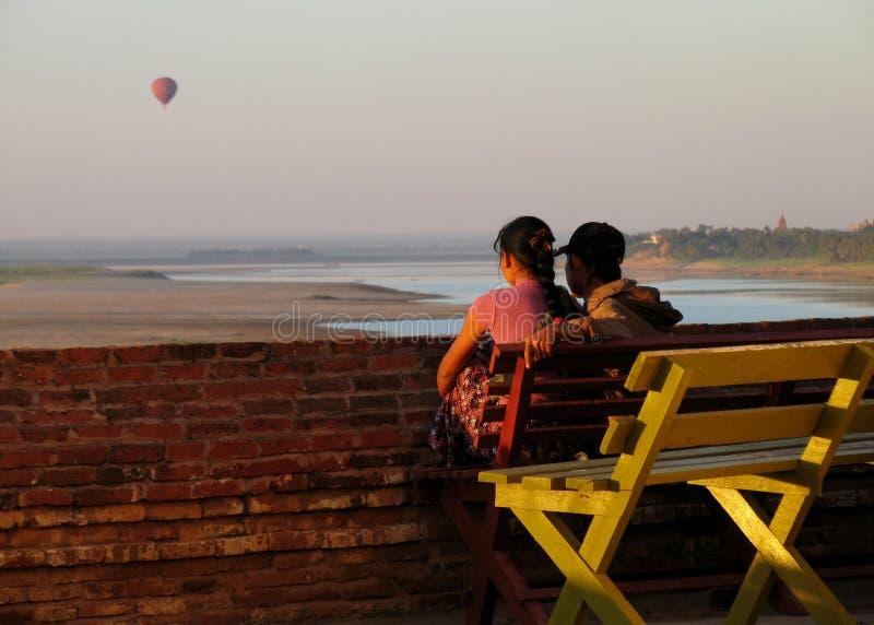Hålla ögonen på solnedgången royaltyfri fotografi