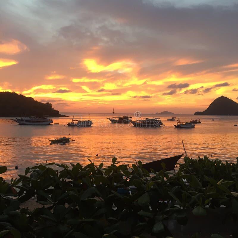 Hålla ögonen på solnedgången i Lombok royaltyfria foton