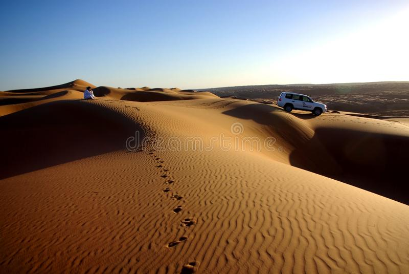 Hålla ögonen på solnedgången på Wahiba sander arkivfoton