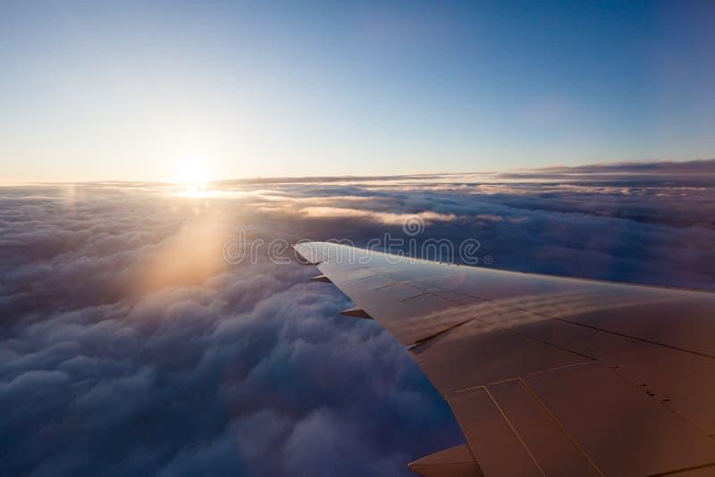Hålla ögonen på soluppgången från ett flygplan arkivbild