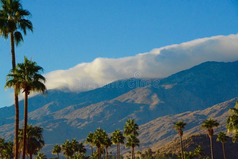 Hålla fast vid för moln fotografering för bildbyråer