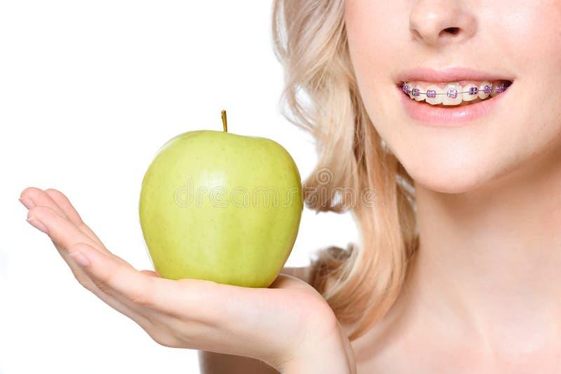 Hållande äpple för kvinna förestående arkivbilder