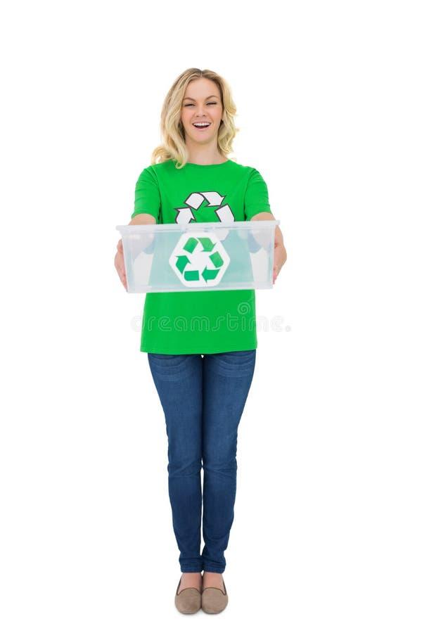 Hållande återvinningask för gladlynt gullig miljö- aktivist arkivfoton