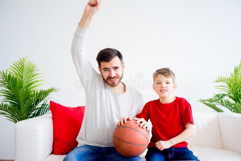 Hållande ögonen på basket för fader och för son royaltyfria foton