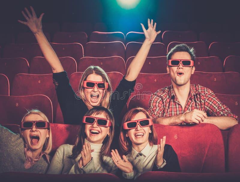 Hållande ögonen på film för folk i bio royaltyfria foton