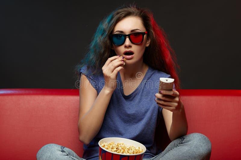 Hållande ögonen på film för härlig flicka med exponeringsglas 3d royaltyfria foton