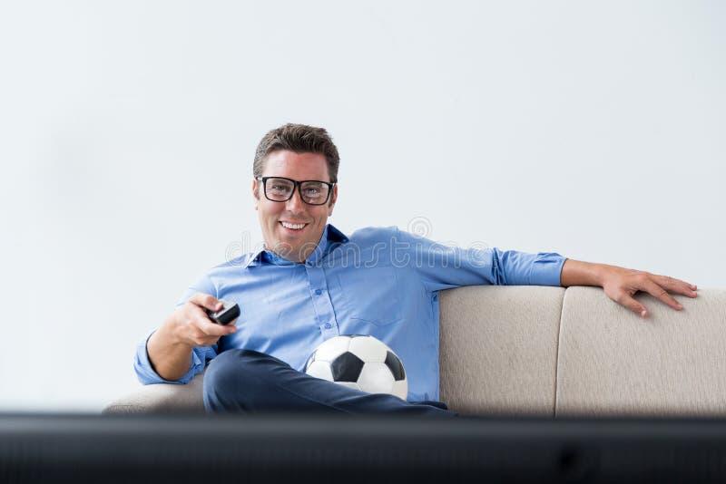 Hållande ögonen på fotbolllek royaltyfri bild