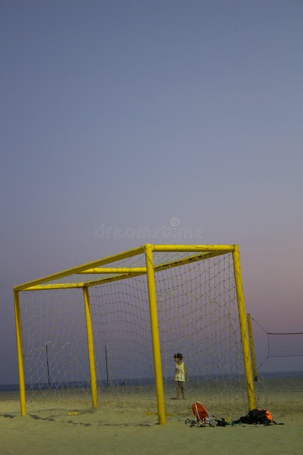Hållande ögonen på fotbollsmatch för pojke av sand på stranden av Copacabana Rio de Janeiro royaltyfria bilder