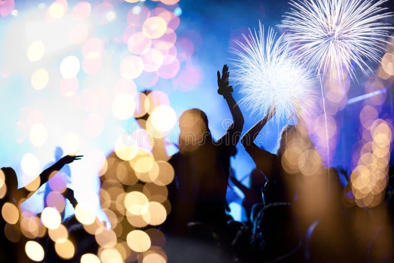 hållande ögonen på fyrverkerier för folkmassa - bakgrund för ferie för berömmar för nytt år abstrakt arkivfoton