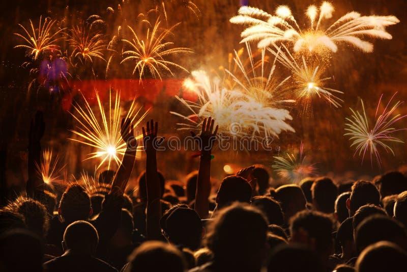 hållande ögonen på fyrverkerier för folkmassa - bakgrund för ferie för berömmar för nytt år abstrakt royaltyfri foto