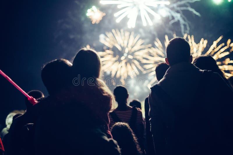 Hållande ögonen på fyrverkerier för folkmassa och fira helgdagsafton för nytt år royaltyfria foton