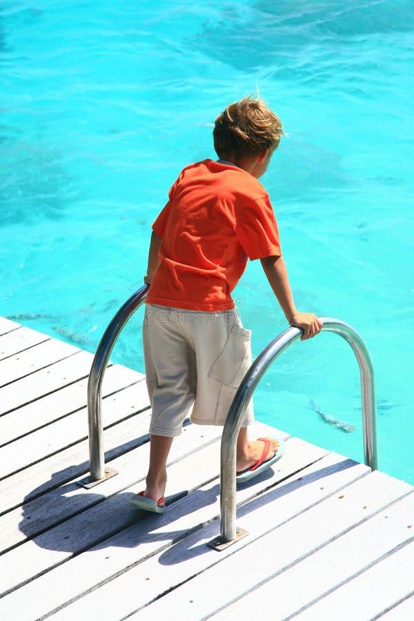Hållande ögonen på hav för pojke royaltyfri foto
