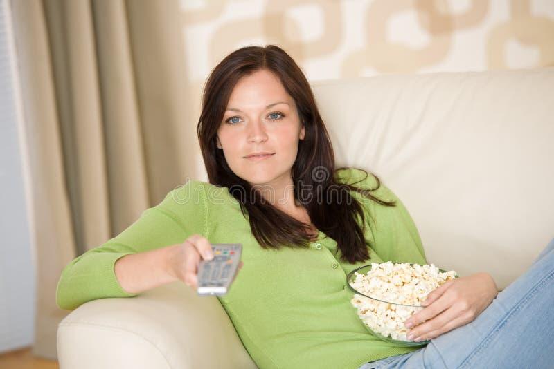 hållande ögonen på kvinna för popcorntelevision royaltyfria bilder