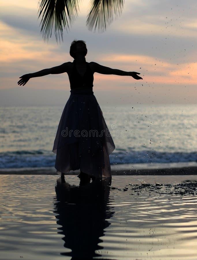 hållande ögonen på kvinna för solnedgång arkivfoto