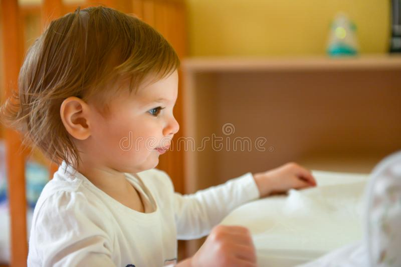 Hållande ögonen på minnestavla för barn arkivfoto