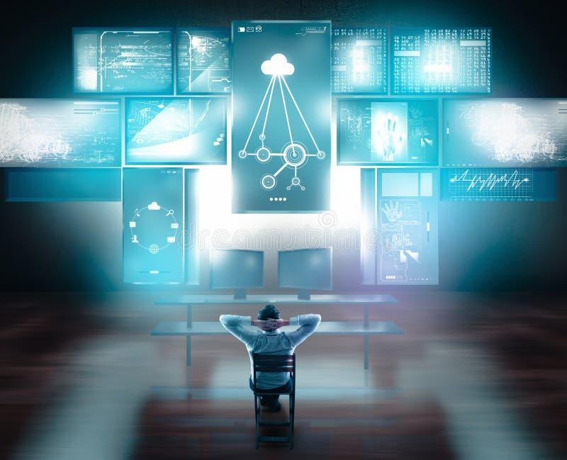 Hållande ögonen på pekskärmar och datorer för affärsman på skrivbordet arkivfoton