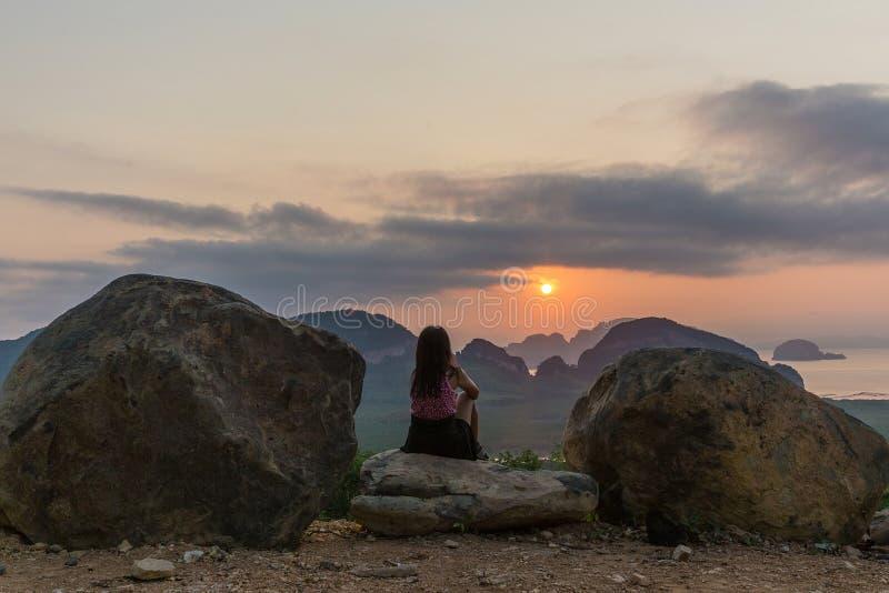 Hållande ögonen på soluppgång för kvinna på den Phang Nga fjärden royaltyfri fotografi