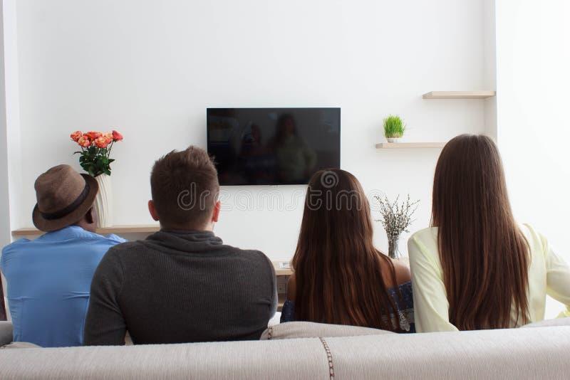 Hållande ögonen på tv för folk royaltyfri fotografi