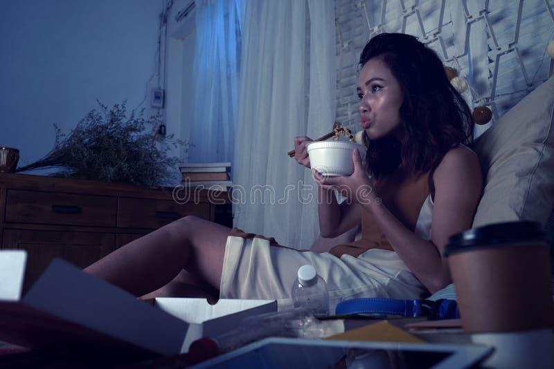 Hållande ögonen på tv på natten fotografering för bildbyråer