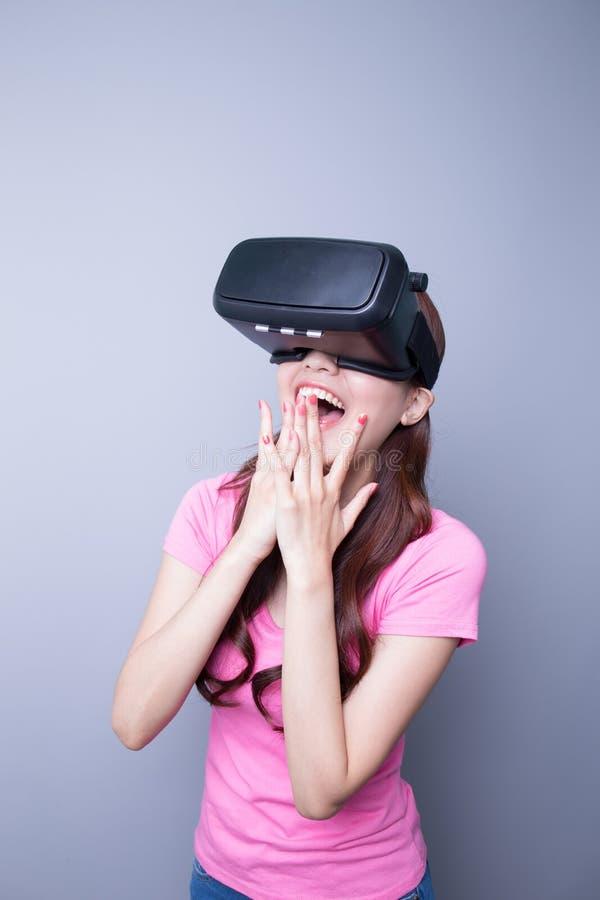 Hållande ögonen på virtuell verklighet för lycklig kvinna royaltyfri bild
