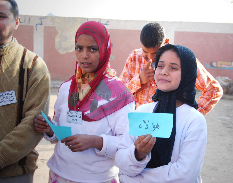 Hållande övre arabiskaord för härliga muslimska flickor royaltyfri foto