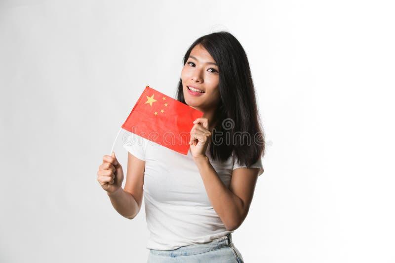 Download Hållande övre För Kinesisk Kvinna En Kinesisk Flagga Mot Vit Bakgrund Fotografering för Bildbyråer - Bild av glädjande, midja: 78731923