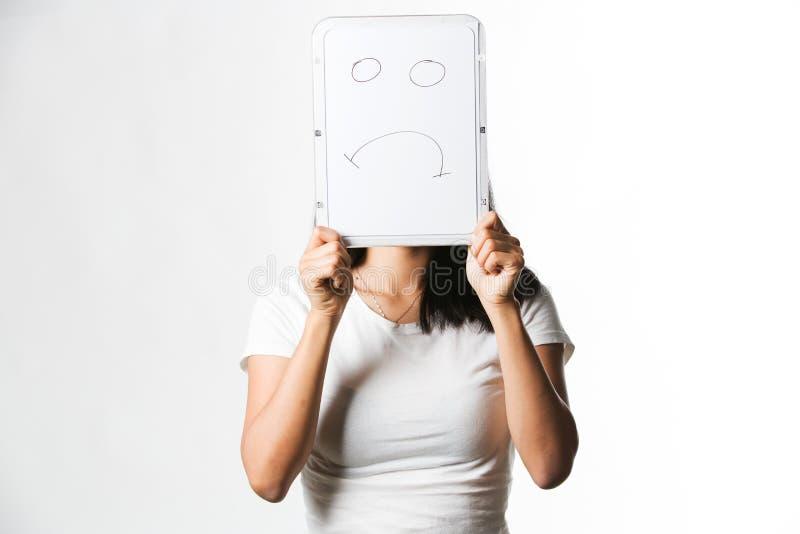 Download Hållande övre För Kinesisk Kvinna Ett Vitt Bräde Med En Ledsen Framsida Som Dras På Den Arkivfoto - Bild av sinnesrörelse, folk: 78731834