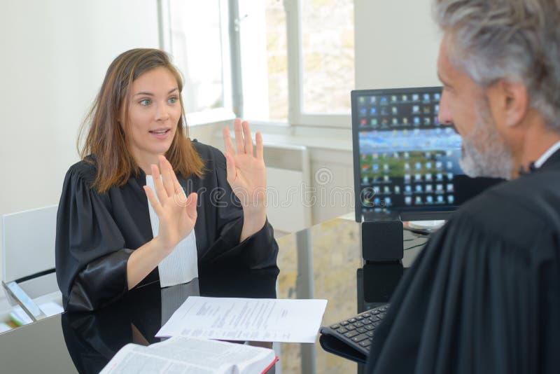 Hållande övre händer för kvinnlig magistrat till manliga motstycken arkivbilder