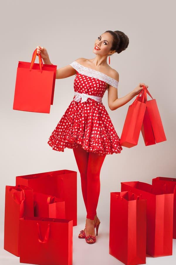 Hållande övre shoppingpåsar för lycklig kvinna Utvikningsbild arkivfoton
