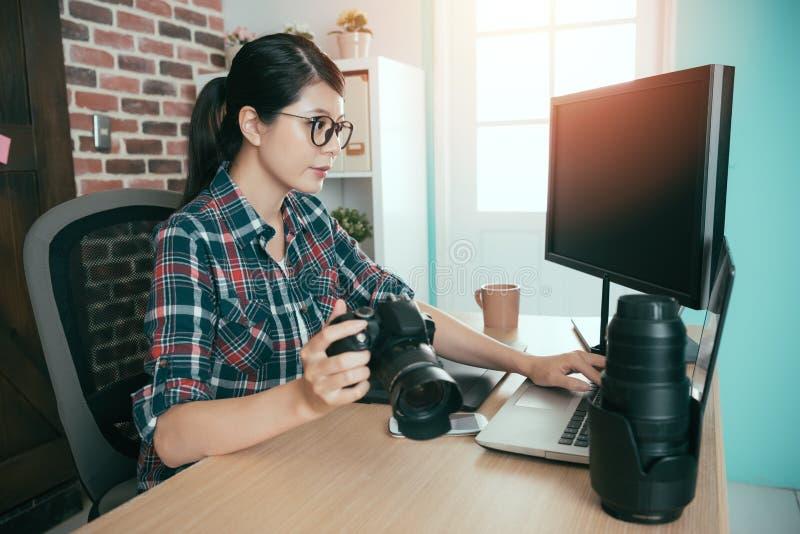 Hållande affärskamera för kvinnlig fotograf royaltyfria foton