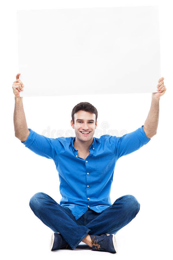 Hållande affisch för ung man ovanför hans huvud royaltyfria foton