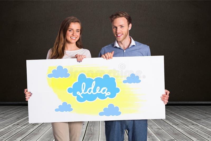Hållande affischtavla för lyckliga par med idé- och molntecken royaltyfria foton