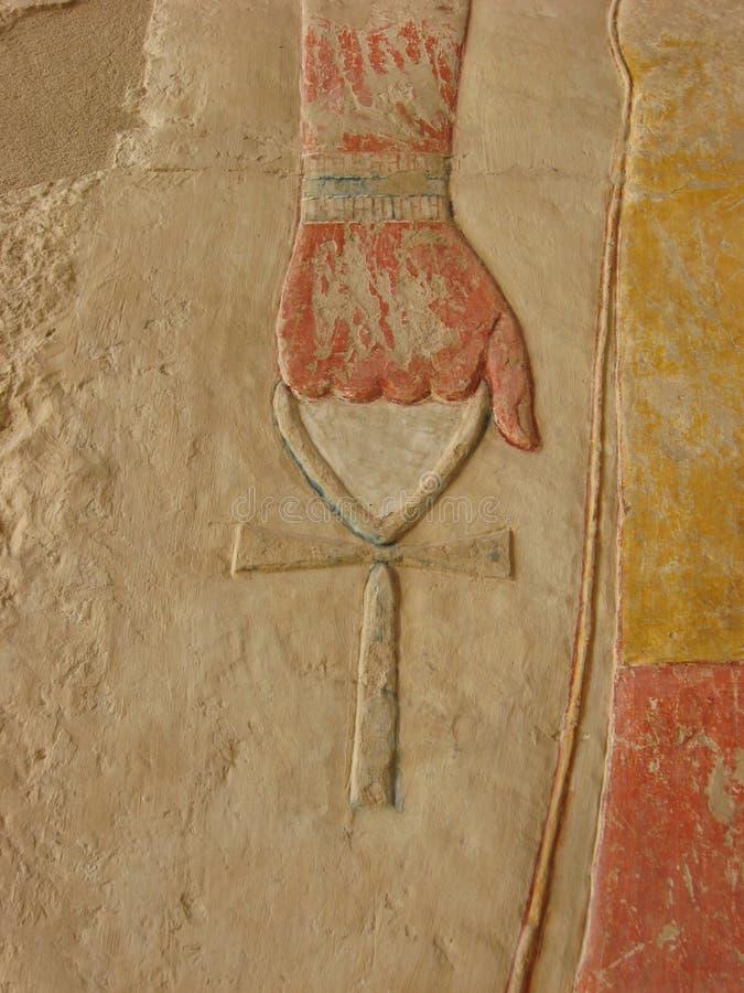 Hållande ankh för forntida egyptisk gud - symbol av evigt liv royaltyfri foto
