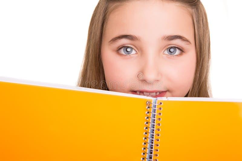 Hållande anteckningsbok för liten student arkivbild