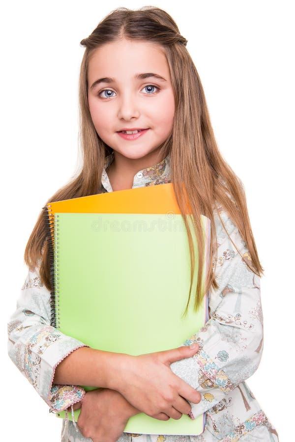 Hållande anteckningsbok för liten student arkivbilder