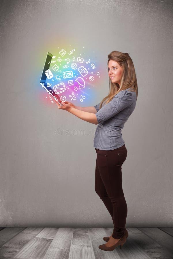 Hållande anteckningsbok för ung dam med färgrik hand drog multimedia royaltyfria bilder
