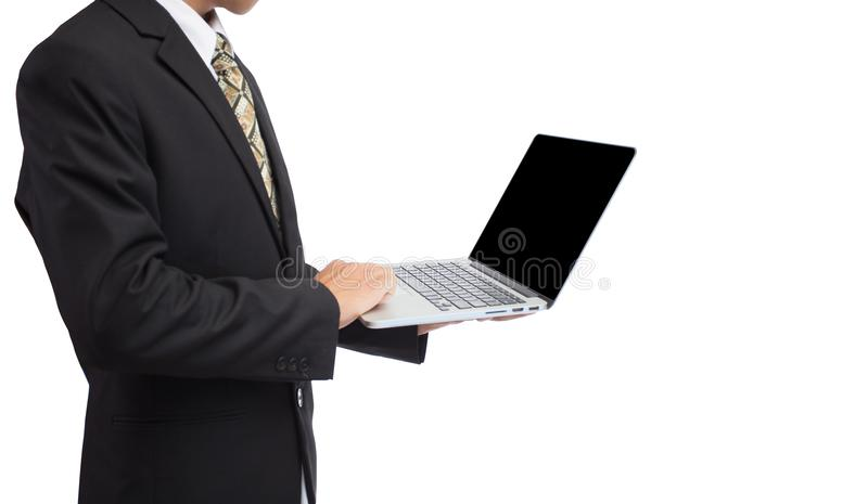 Hållande bärbar dator för affärsmanhand i suddighetssupermarket royaltyfri foto