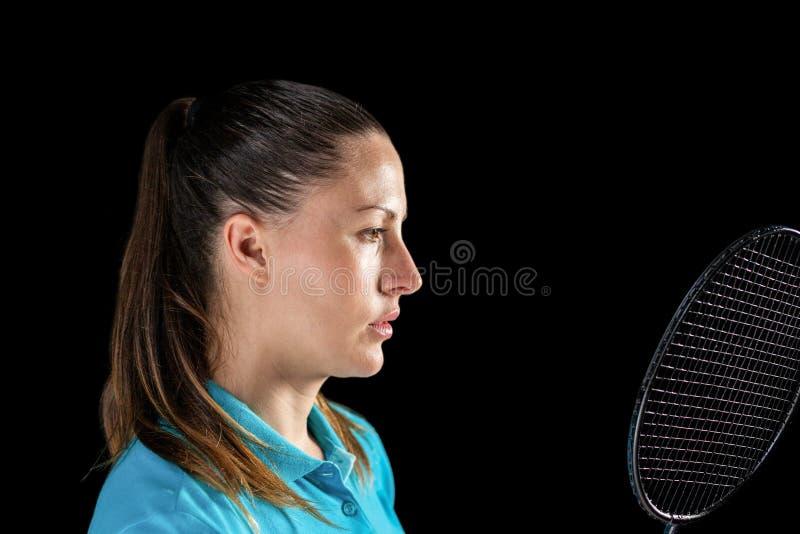 Hållande badmintonracket för kvinnlig idrottsman nen royaltyfri foto